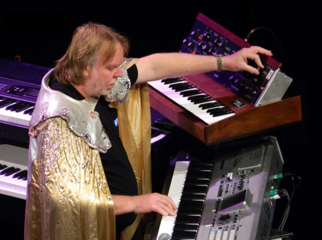 celebrities-and-their-fountain-pens-rick-wakeman